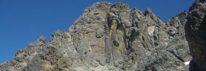 La face Nord-Ouest du Cintu avec la Karlshrue en son centre
